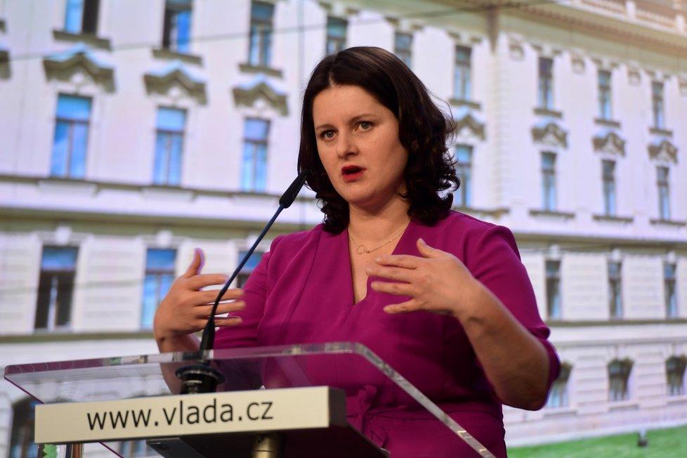 Ministryně práce a sociálních věcí Jana Maláčová (ČSSD) hovoří na tiskové konferenci po jednání vlády (20. 7. 2020)