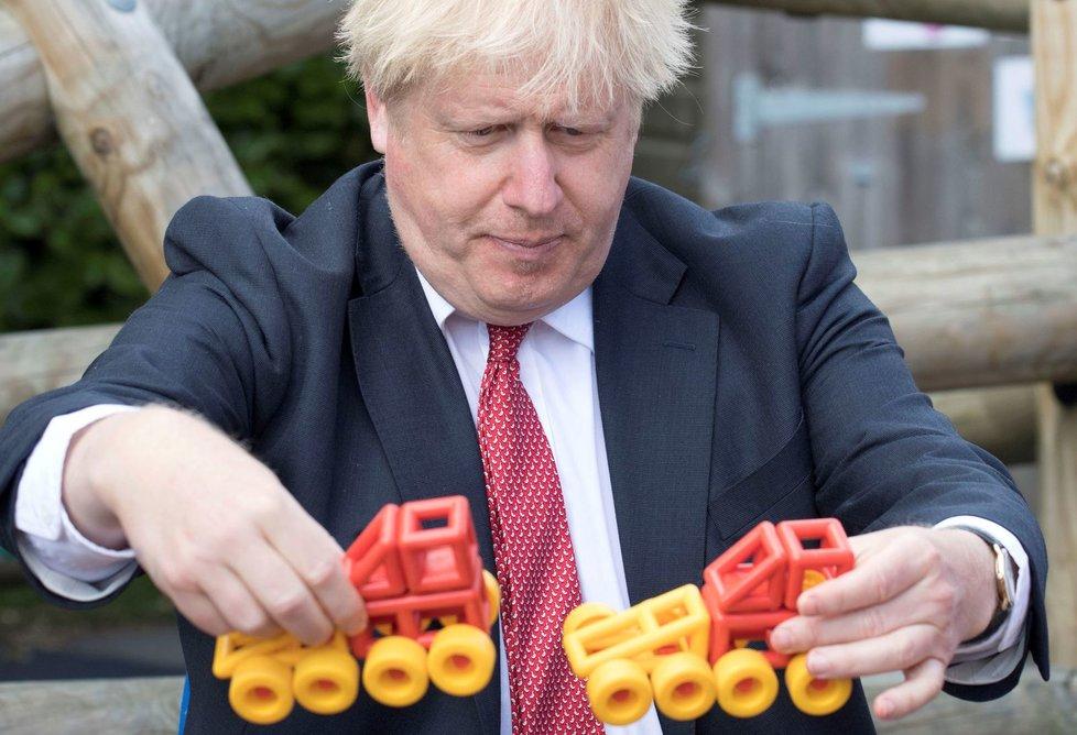 Britský premiér Boris Johnson na návštěvě základní školy.