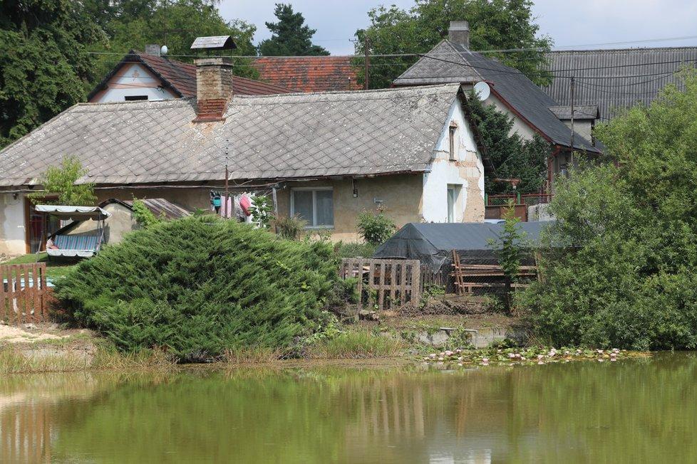 Rodinná tragédie ve Lhotě u Příbramě. Z rybníka vylovili mrtvá těla dědečka, jeho syna a vnoučka.