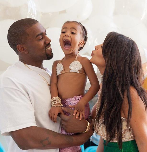 Rapper Kanye West s manželkou Kim a nejstarší dcerou North.