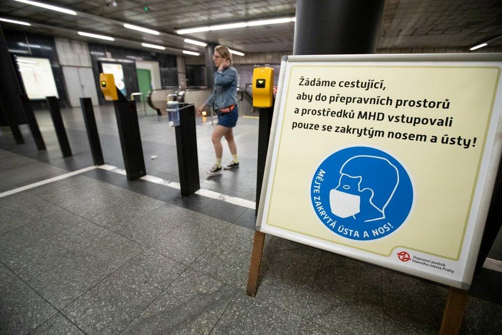 V metru jsou stále povinné roušky, i přesto je však mnoho lidí nenosí. (21.7.2020)