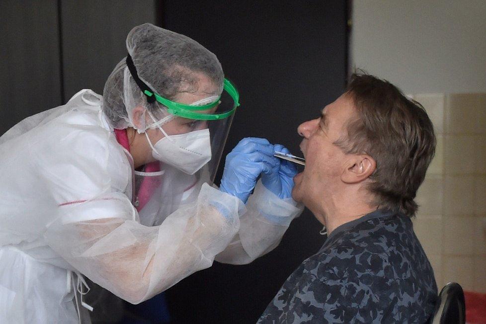 Zdravotníci odebírají vzorek na test na covid-19 nové klientce v Sanatoriu Klimkovice.