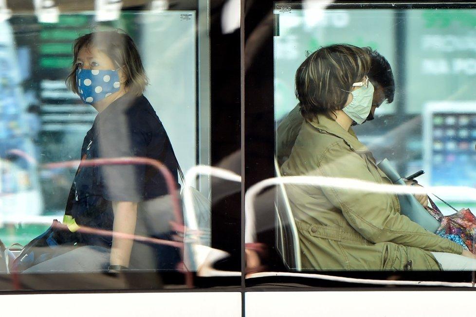 Cestující v tramvaji v Ostravě na snímku ze 17. července 2020, kdy začala v celém Moravskoslezském kraji kvůli přibývání případů nákazy koronavirem platit povinnost roušek v hromadné dopravě a vnitřních prostorech.