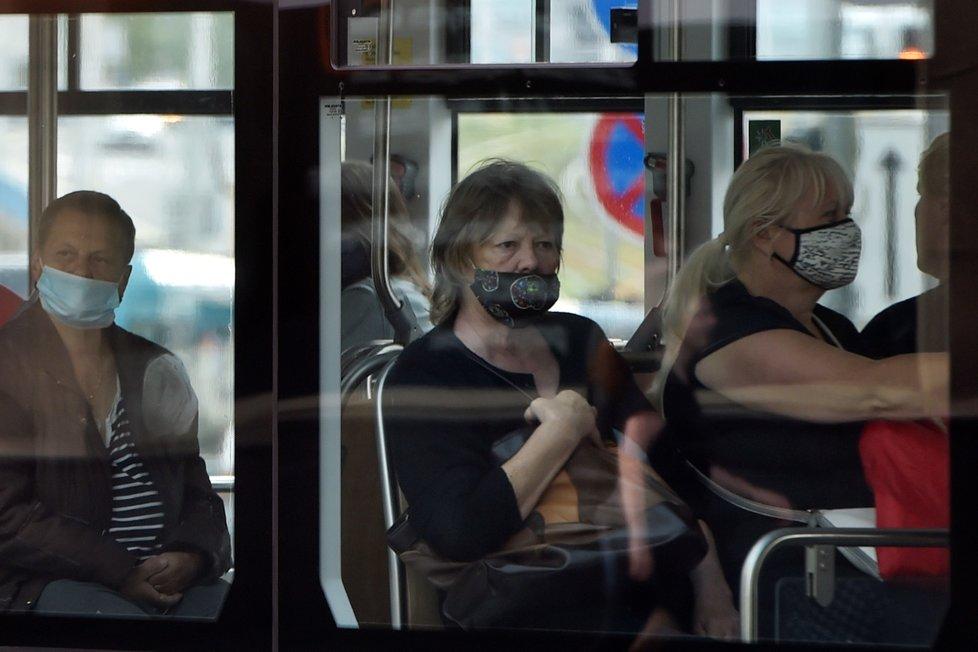Cestující v tramvaji v Ostravě na snímku ze 17. července 2020, kdy začala v celém Moravskoslezském kraji kvůli přibývání případů nákazy koronavirem platit povinnost roušek v hromadné dopravě a vnitřních prostorách.