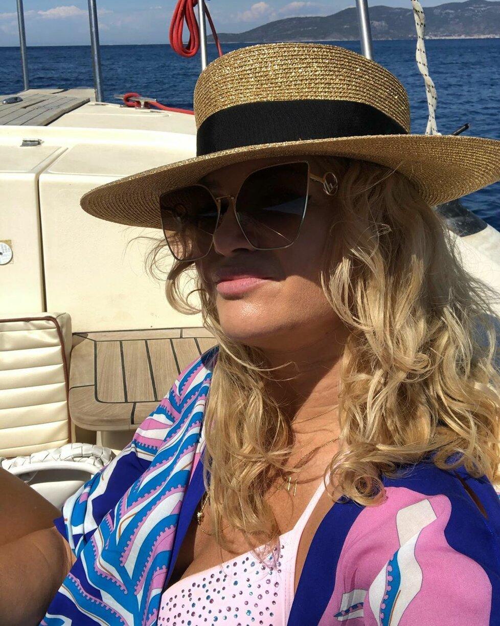 Monika Babišová si se synem Frederikem prodloužila dovolenou v Chorvatsku. Její druhou část tráví především na lodi (červenec 2020)