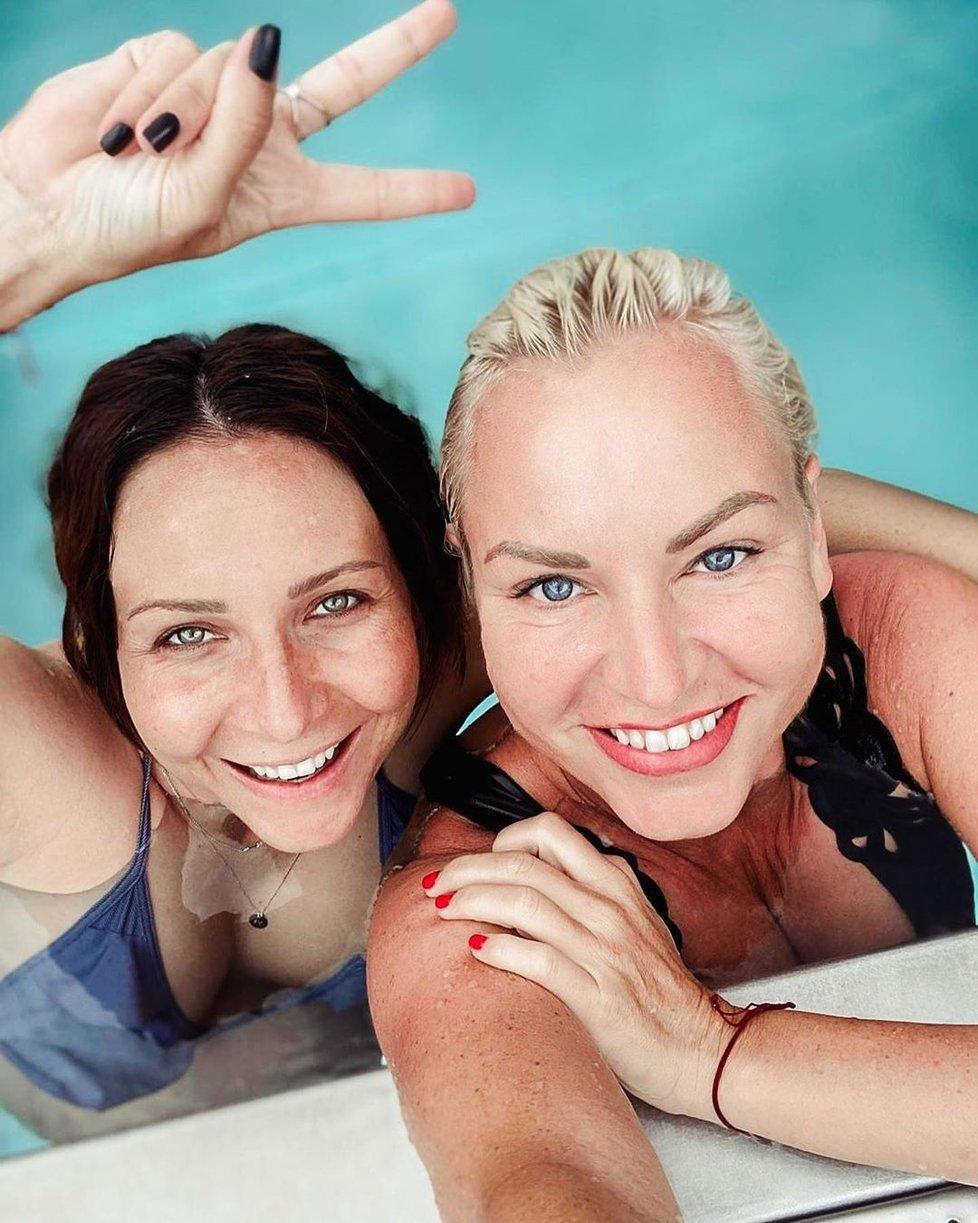 Martina Pártlová s Veronikou Arichtevou blbly u bazénu a pořídily hodně vtipné fotky.