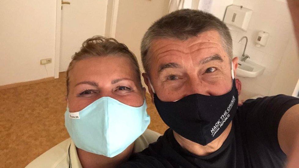 """Andrej Babiš vyrazil potřetí do lázní, tentokrát do Mariánských lázní. Fotil se tam s """"paní Irenkou"""" (26.7.2020)"""