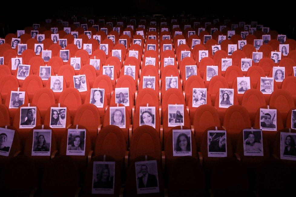 Koronavirus na Kypru: Nejsou diváci? Nevadí. Hercům postačí fotografie.