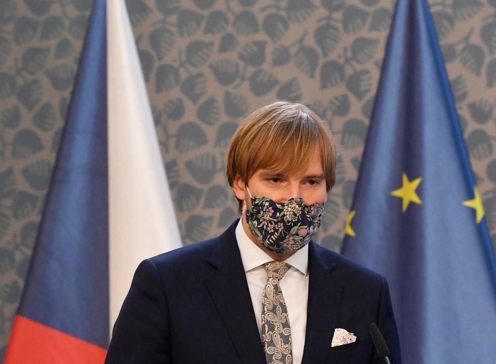 Ministr zdravotnictví Adam Vojtěch (za ANO) na tiskové konferenci po jednání vlády (27. 7. 2020)