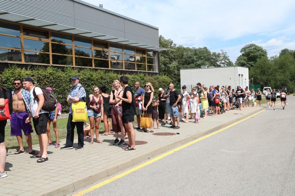 Horko v Praze vyhnalo lidi na koupaliště. Takové byly 28. července 2020 fronty u koupaliště Petynka.
