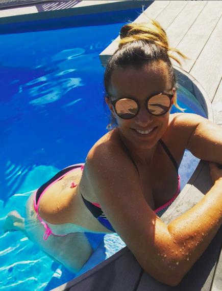 Alice Bendová u bazénu