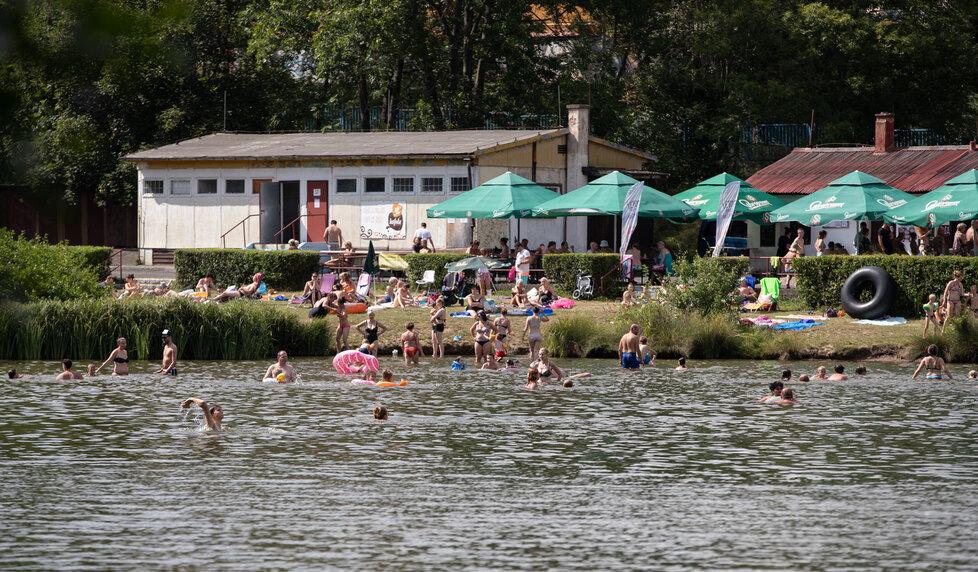 Lidé si užívali horké počasí v koupališti Motol v Praze (28.7.2020)