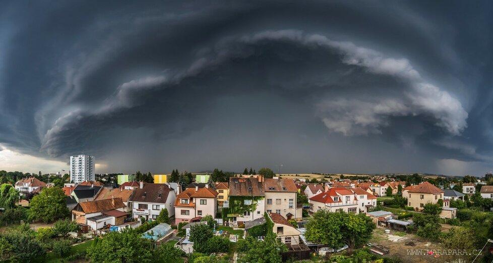 Bouře po tropech: Při příchodu bouřky nad Kyjov se vytvořila supercela, vyfotil ji fotograf Marek Svoboda (28. 7. 2020).