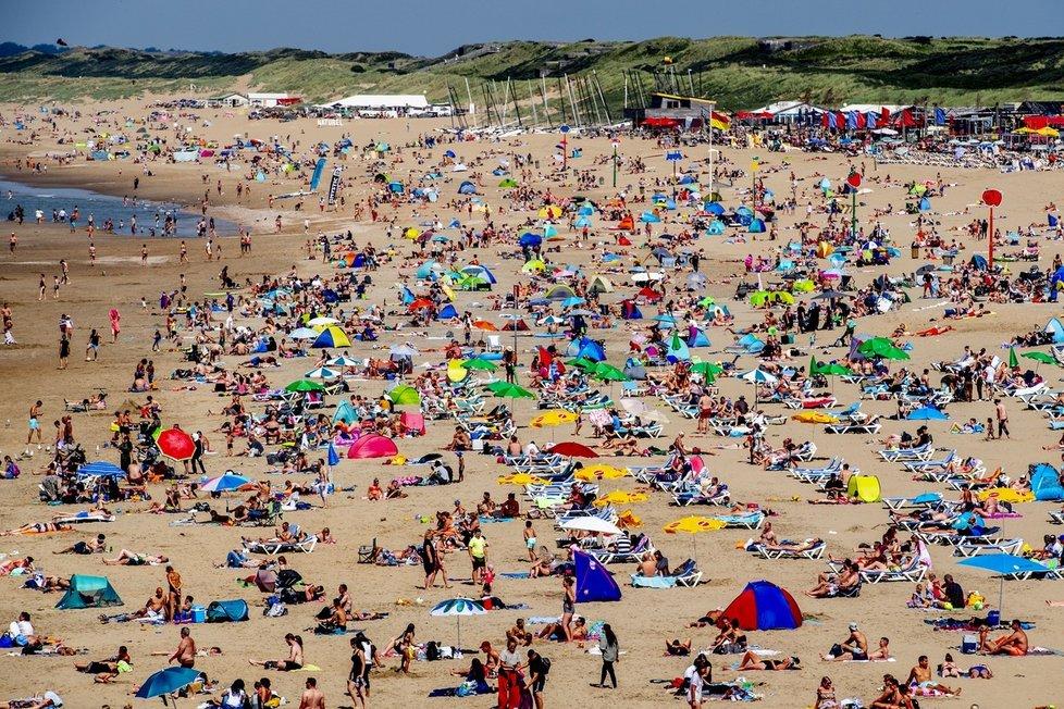 Koronavirus v Nizozemsku: Nacpané pláže v Haagu (30.7.2020)
