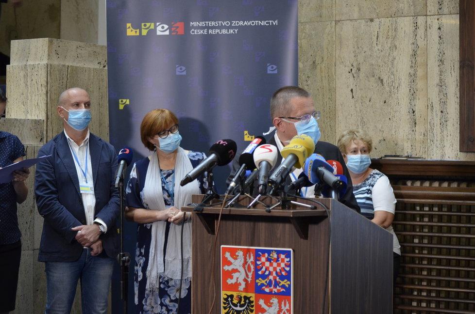 Tisková konference ministerstva zdravotnictví. Účastnila se hlavní hygienička Jarmila Rážová a také ředitel ÚZIS Ladislav Dušek (3. 8. 2020).