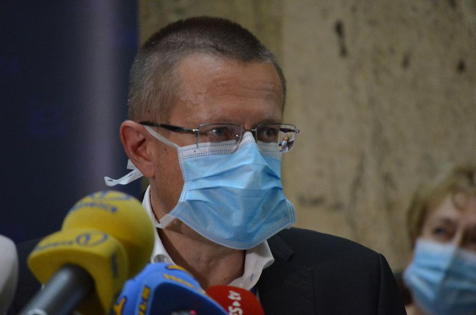 Tisková konference ministerstva zdravotnictví. Účastnil se také ředitel ÚZIS Ladislav Dušek (3. 8. 2020).