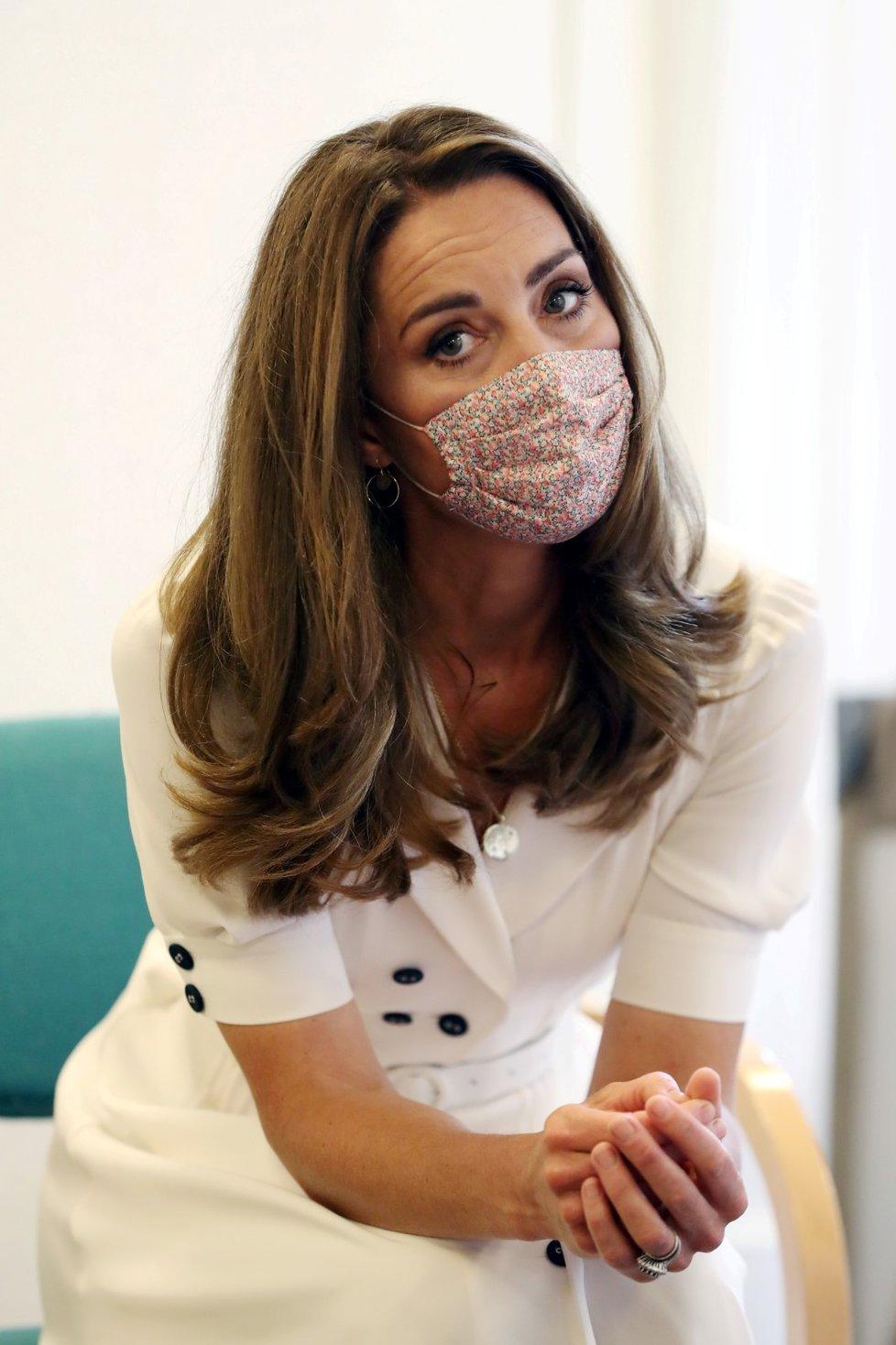 Manželka britského prince Williama vévodkyně Kate navštívila ústav, kde se starají o rodiny s malými dětmi v nouzi. Do Baby Basics si vzala na ústa roušku. Chránila tak sebe i ostatní před nákazou koronavirem.