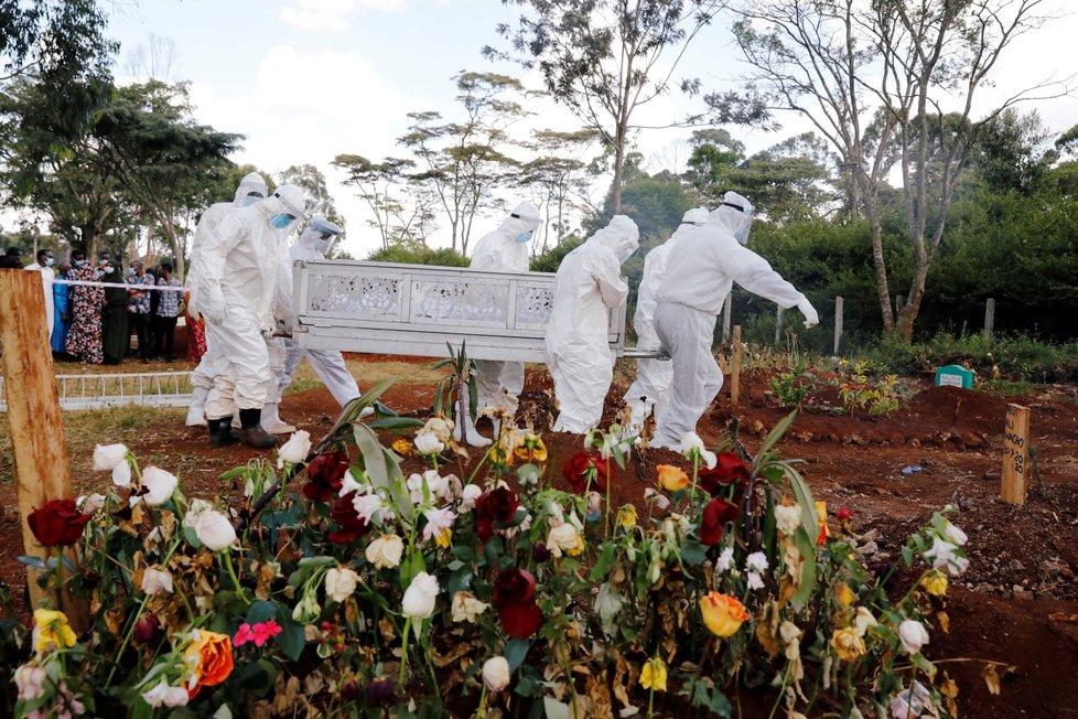 Pohřeb oběti koronaviru na muslimském hřbitově v Nairobi (6. 8. 2020)