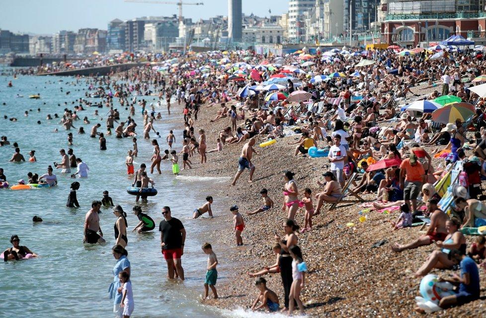 Horké léto vylákalo Brity na pláže. Na dodržování rozestupů mnohde nedbali (7. 8. 2020)