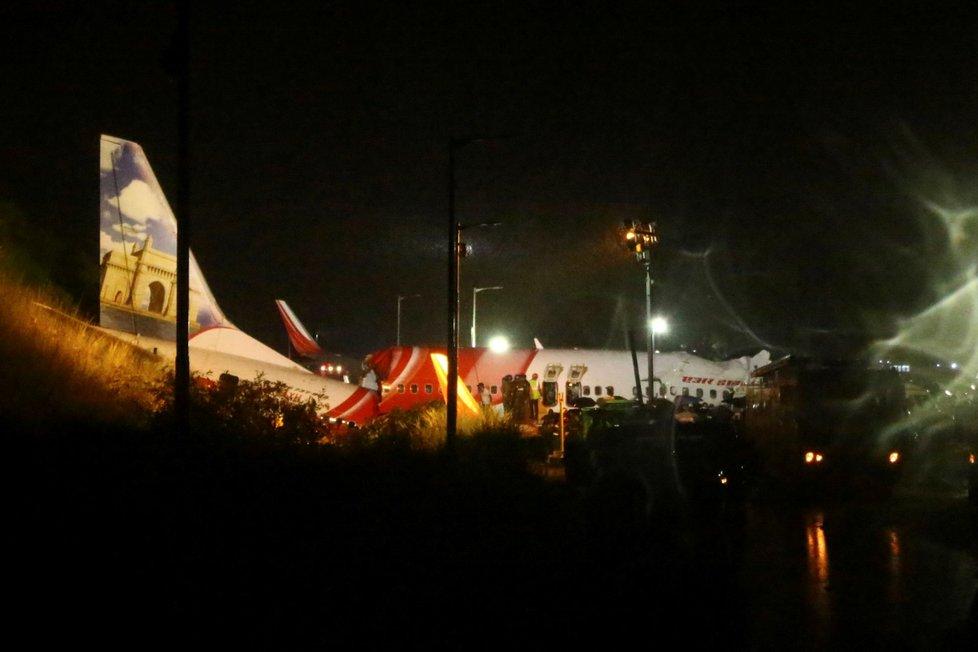 Na letišti v indickém Kalikatu havarovalo letadlo Air India, které letělo z Dubaje (7. 8. 2020)