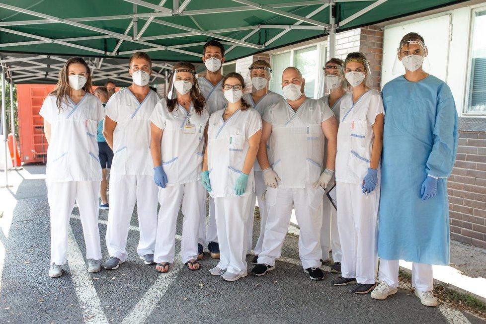 Projekt Chytré karantény upozornil na větší pohodlí při čekání na testy v pražské nemocnici Na Bulovce. Armáda sem dodala stany. (8. 8. 2020)