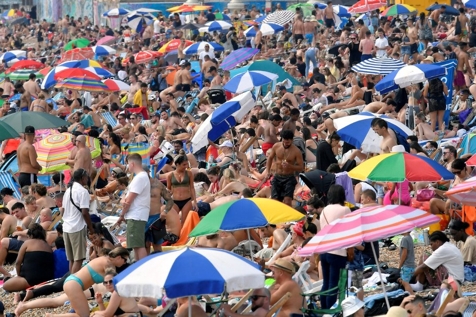 Britové o horkém víkendu vzali pláže útokem (8. 8 2020)