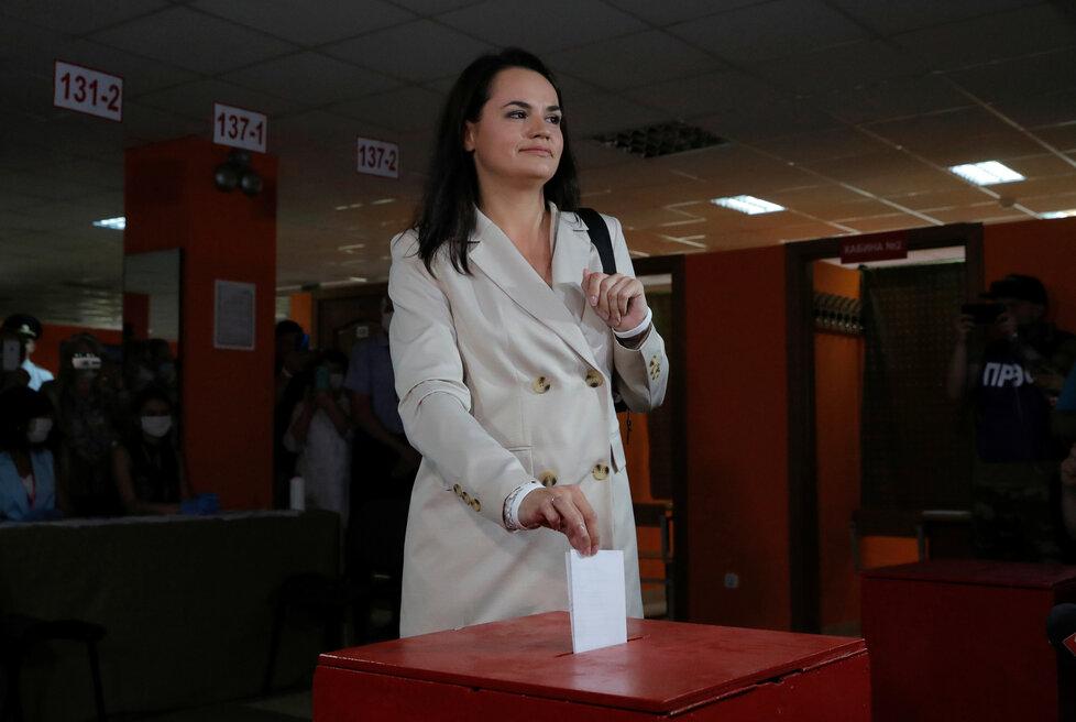 Prezidentské volby v Bělorusku: U volebních uren byla už i Lukašenkova největší sokyně Svjatlana Cichanouská.