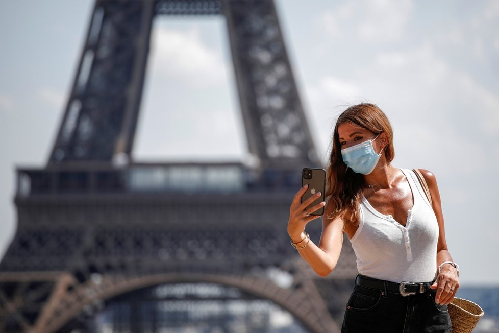 Roušky nosí i lidé v Paříži.