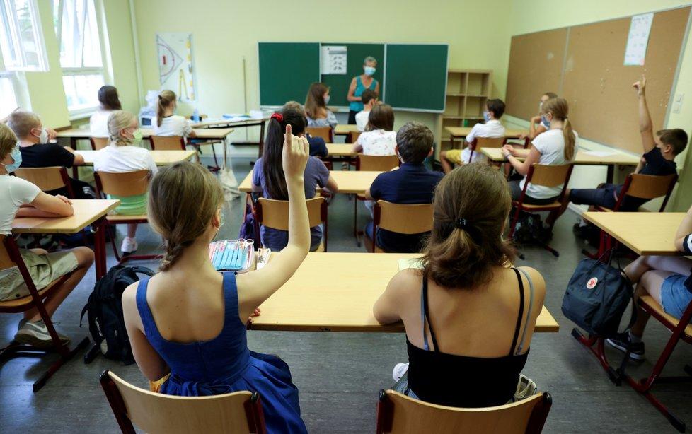 Studenti v Berlíně se vrátili do lavic. Roušky jsou povinné.