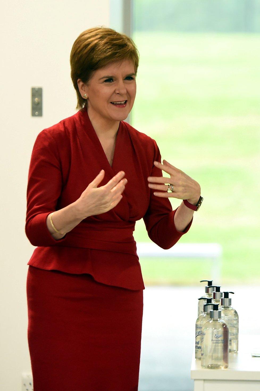 Skotská premiérka Nicola Sturgeonová navštívila střední školu ve West Calderu