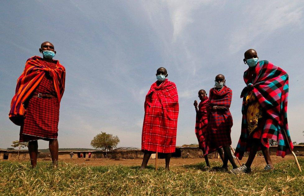 Rouškami se před koronavirem chrání také Masajové v africké Keni
