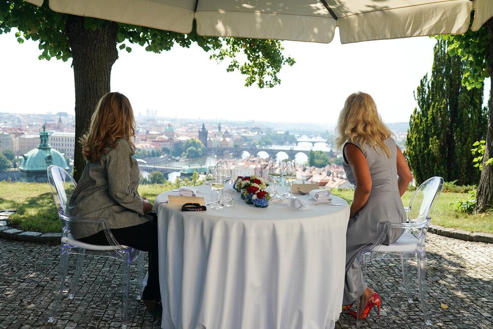 Monika Babišová a Susan Pompeová obědvaly společně na zahradě Kramářovy vily (12. 8. 2020)