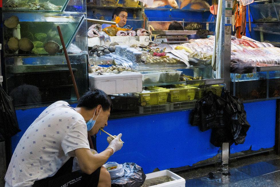 Kontroverzní mokré trhy, které zřejmě stojí za rozšířením nákazy koronavirem, jsou v Asii stále oblíbeným místem. Snímky pocházejí z Pekingu (14.8.2020)