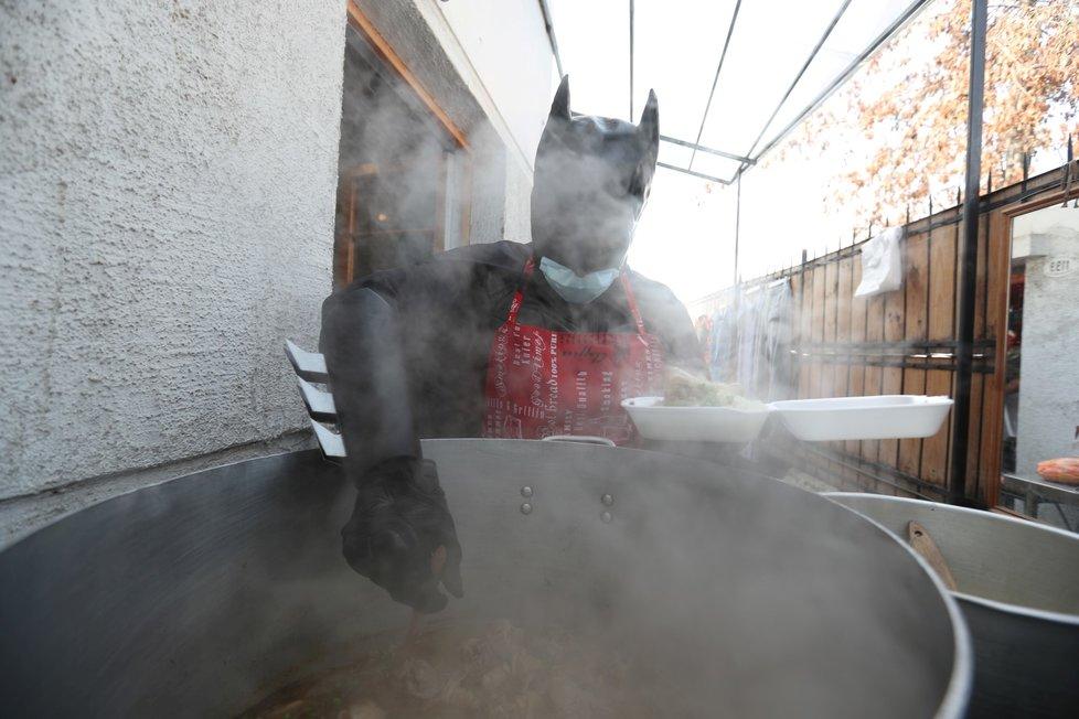 Koronavirus v Chile: I Batman musí nosit roušku! Tento superhrdina ale místo chytání padouchů naléval chudým dětem jídlo v Santiagu (13.8.2020)