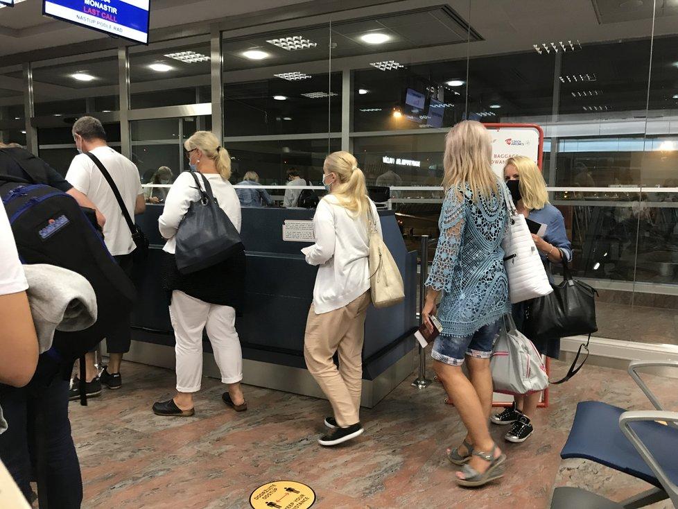 První let do Tuniska od koronavirové pandemie byl zcela plný. Češi nedodržovali distanc, ale v letadle roušku nesundali