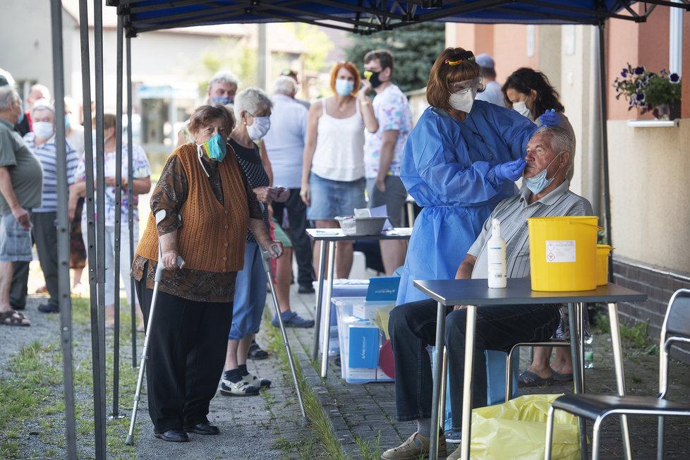 Koronavirus v Česku: Hygienici testovali 16. srpna 2020 dopoledne obyvatele Tatiné na Plzeňsku, kde se objevilo nové ohnisko nákazy koronaviru.