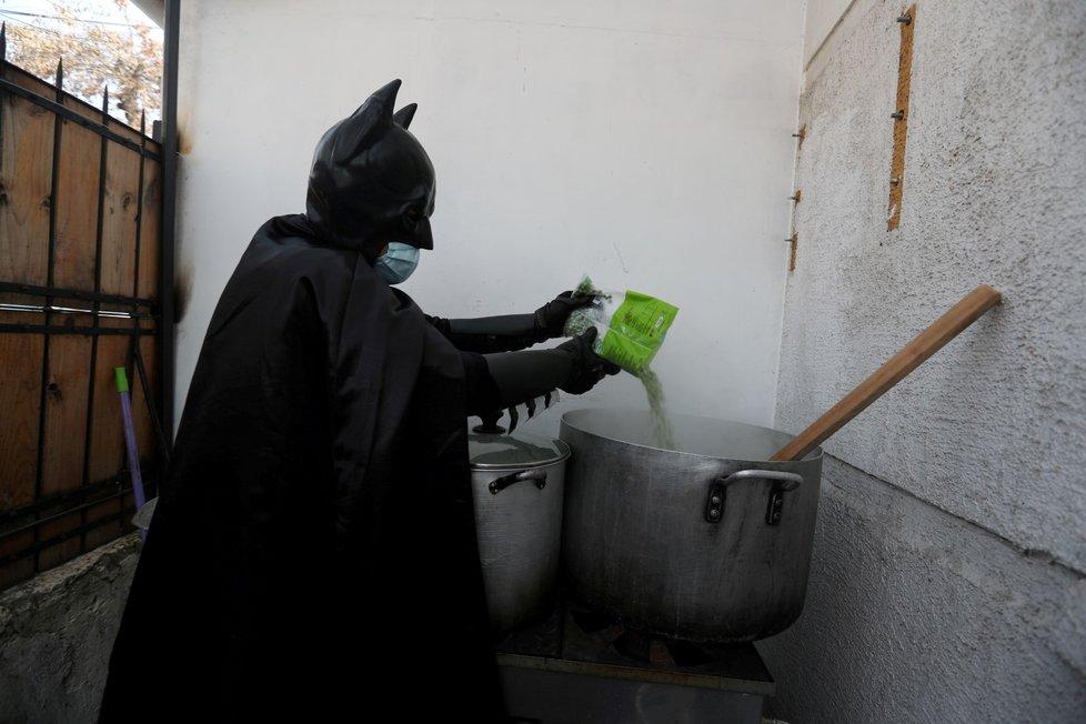 Muž v kostýmu Batmana rozdává v Chille jídlo, která sám nakupuje a vaří, lidem bez domova