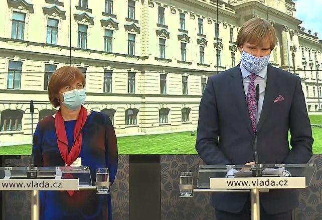 Ministr zdravotnictví Adam Vojtěch (za ANO) a hlavní hygienička ČR Jarmila Rážová (20. 8. 2020)