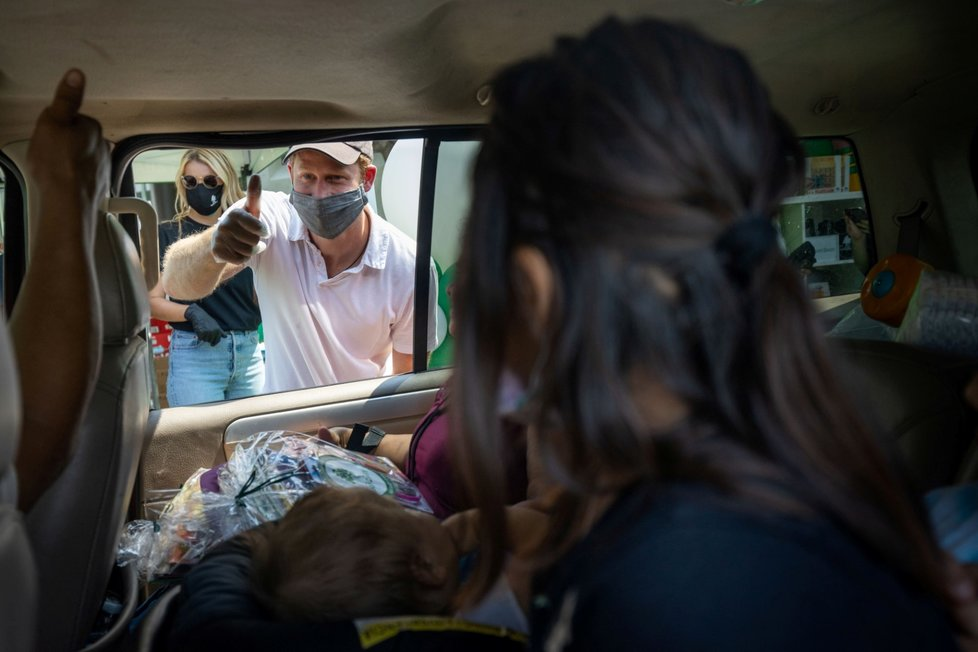 Meghan Markle a princ Harry jako dobrovolníci během charitativní akce