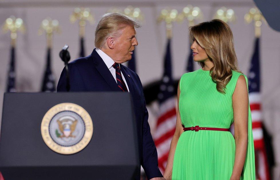 Donald Trump přijal oficiálně republikánskou nominaci do boje o Bílý dům. Doprovodila ho manželka Melania (28. 8. 2020).