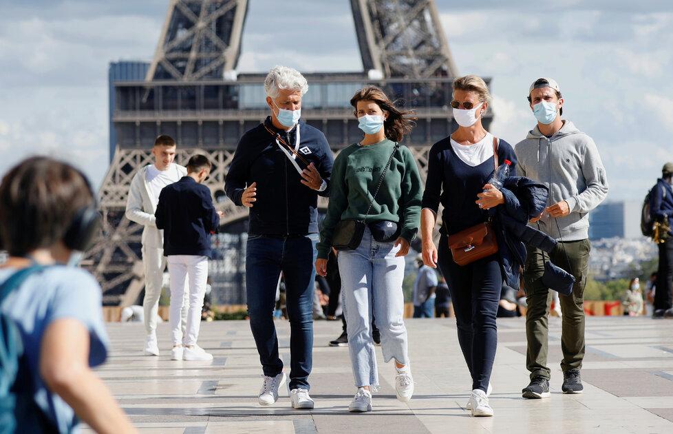 Dovolenkáři s rouškami u Eiffelovy věže v Paříži (28.7.2020)