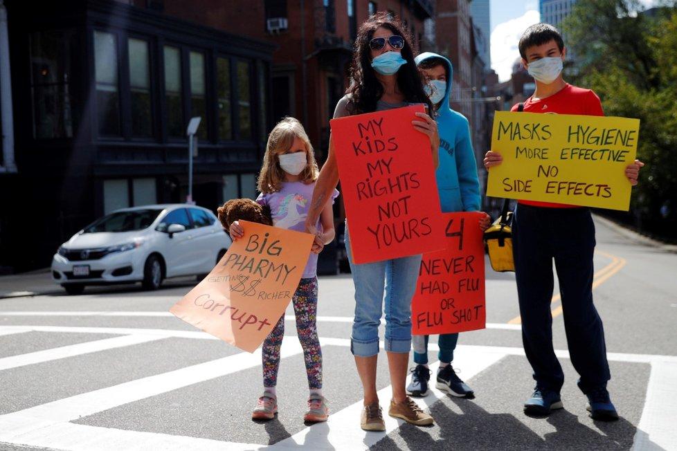"""Lidé v Massachusetts protestují proti povinnému očkování proti chřipce pro studenty v Bostonu.  Shromáždění nazvali """"Žádná povinná chřipka v Massachusetts"""". Jsou proti guvernérovi Massachusetts Charlie Bakerovi. Ten chce povinné očkování proti chřipce pro všechny studenty mladší 30 let. Snahou je snížit zátěž zdravotnického systému během koronavirové pandemie. (30. 8. 2020)"""