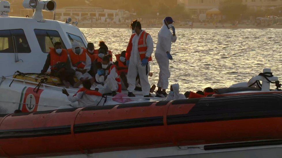 Na italský středomořský ostrůvek Lampedusa doplulo v rybářské lodi v noci 367 migrantů. (30. 8. 2020)