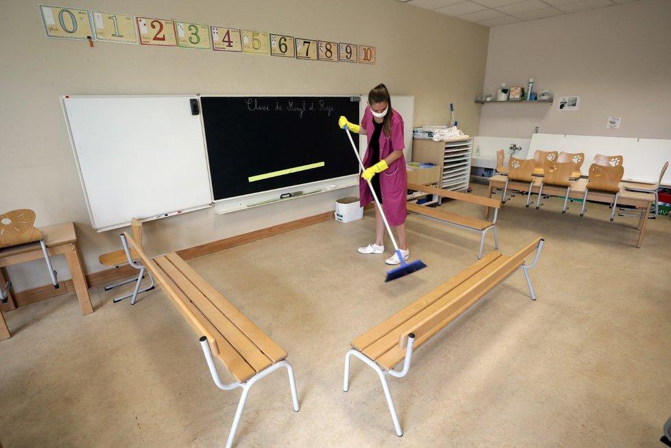 Francouzské školy se připravují na návrat žáků do lavic.