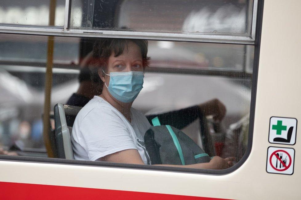 Ve veřejné dopravě jsou od 1. září znovu povinné roušky.