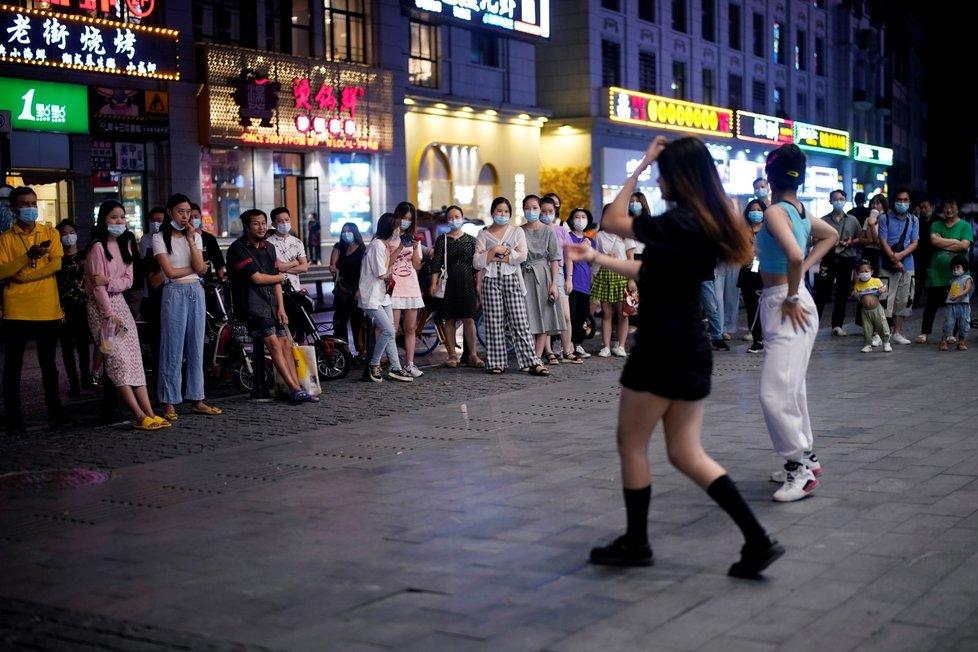 V epicentru nákazy, čínském městě Wu-chan, se život postupně vrací k normálu. I přes bezpečnostní opatření zde lidí tancují na ulicích