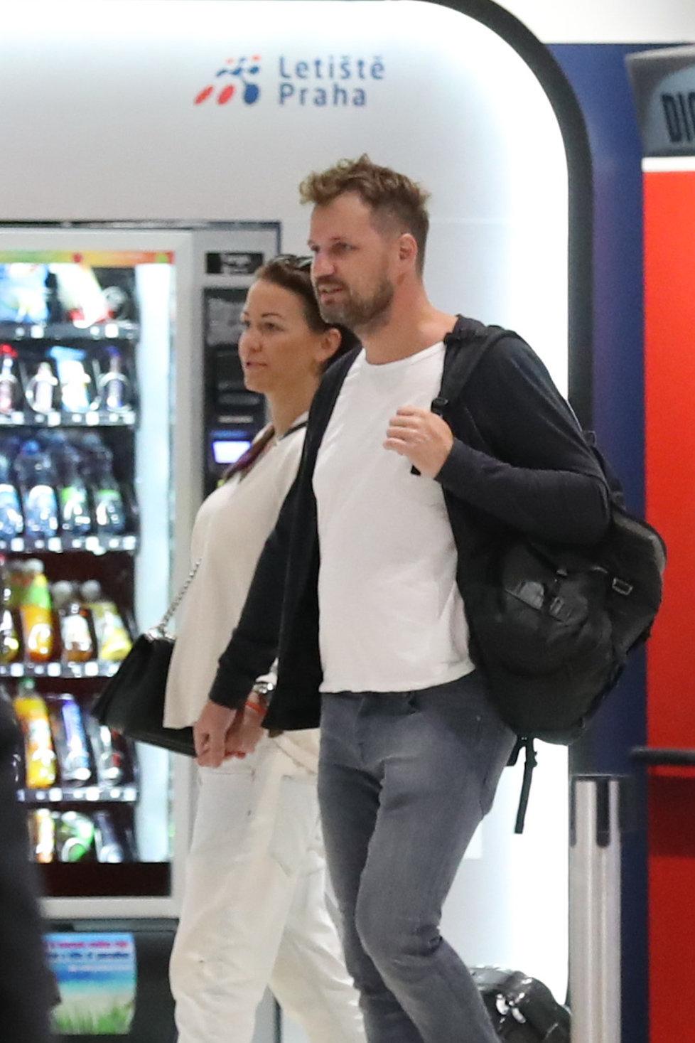 Agáta Prachařová s přítelem Tomášem na letišti chodili bez roušek