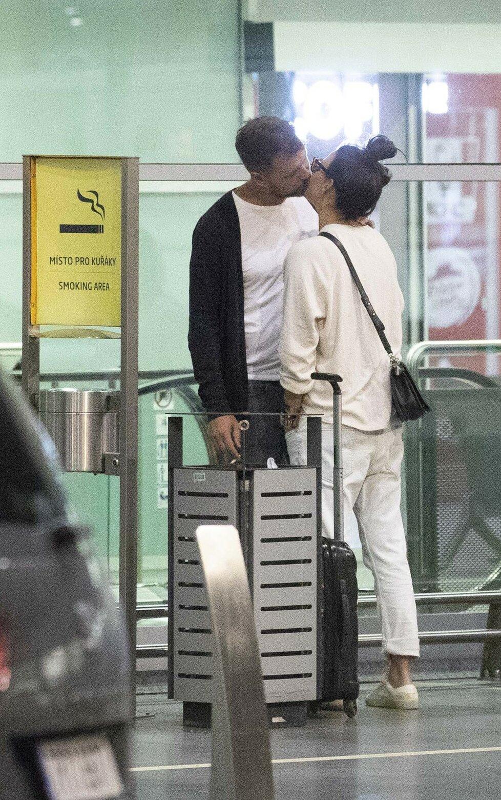Agáta Prachařová s přítelem Tomášem na letišti chodili bez roušek a líbali se