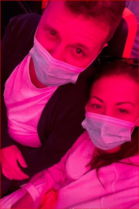 Agáta Prachařová s přítelem Tomášem si roušky nasadili až v letadle