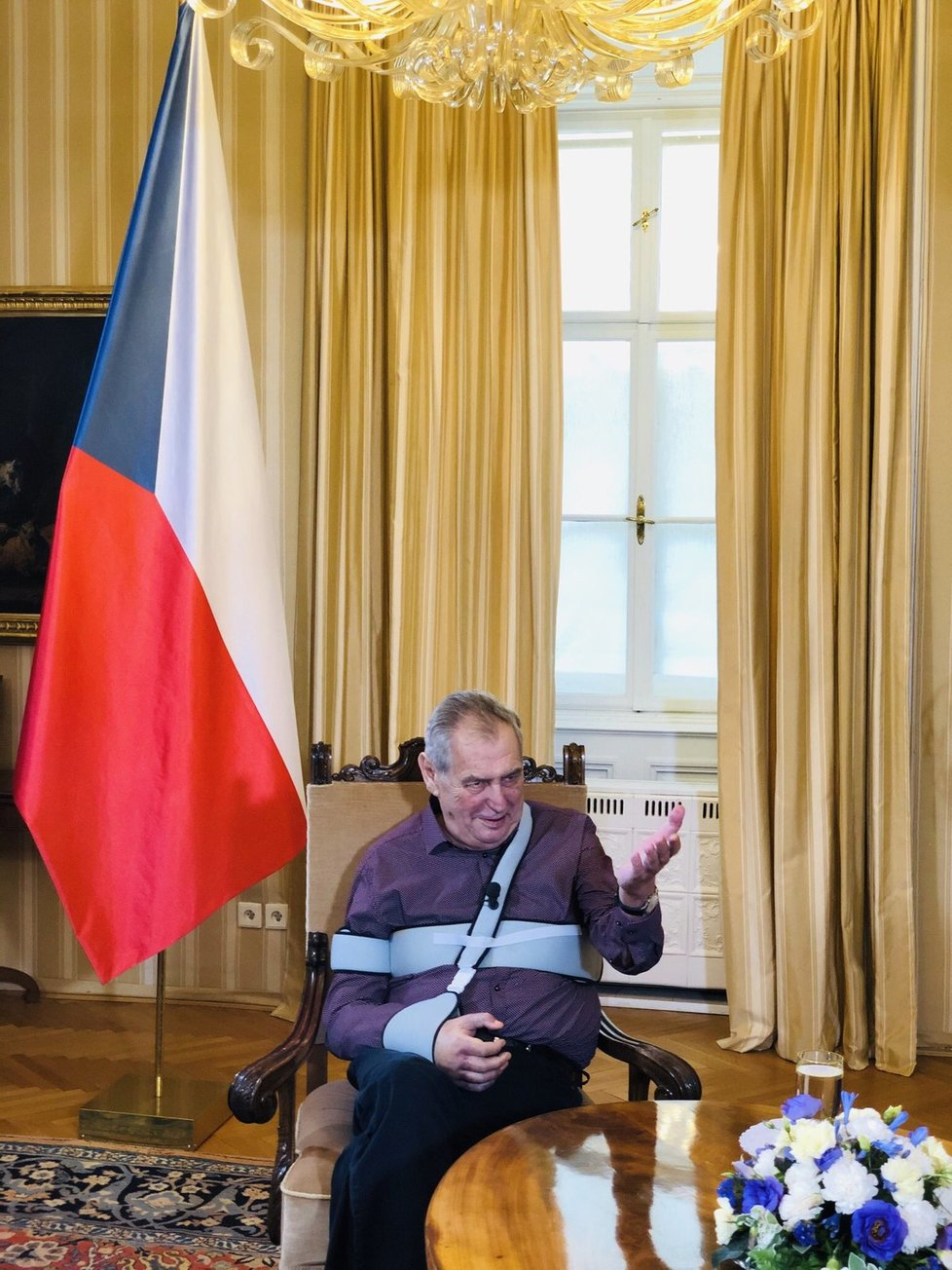 Prezident Miloš Zeman se týden po propuštění z nemocnice ukázal veřejnosti. TV Prima s ním na zámku v Lánech předtáčela rozhovor. Hlava státu má stále oteklou ruku, kterou nosí v ortéze.